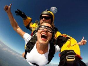 Kobieta z spadochroniarzem skacząca spadochronem