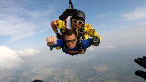 2 skoczków spadochronowych swobodnie opadających