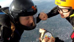 Skoczkowie trzymający się za ręce podczas skoku spadochronowego w mieście Chełm